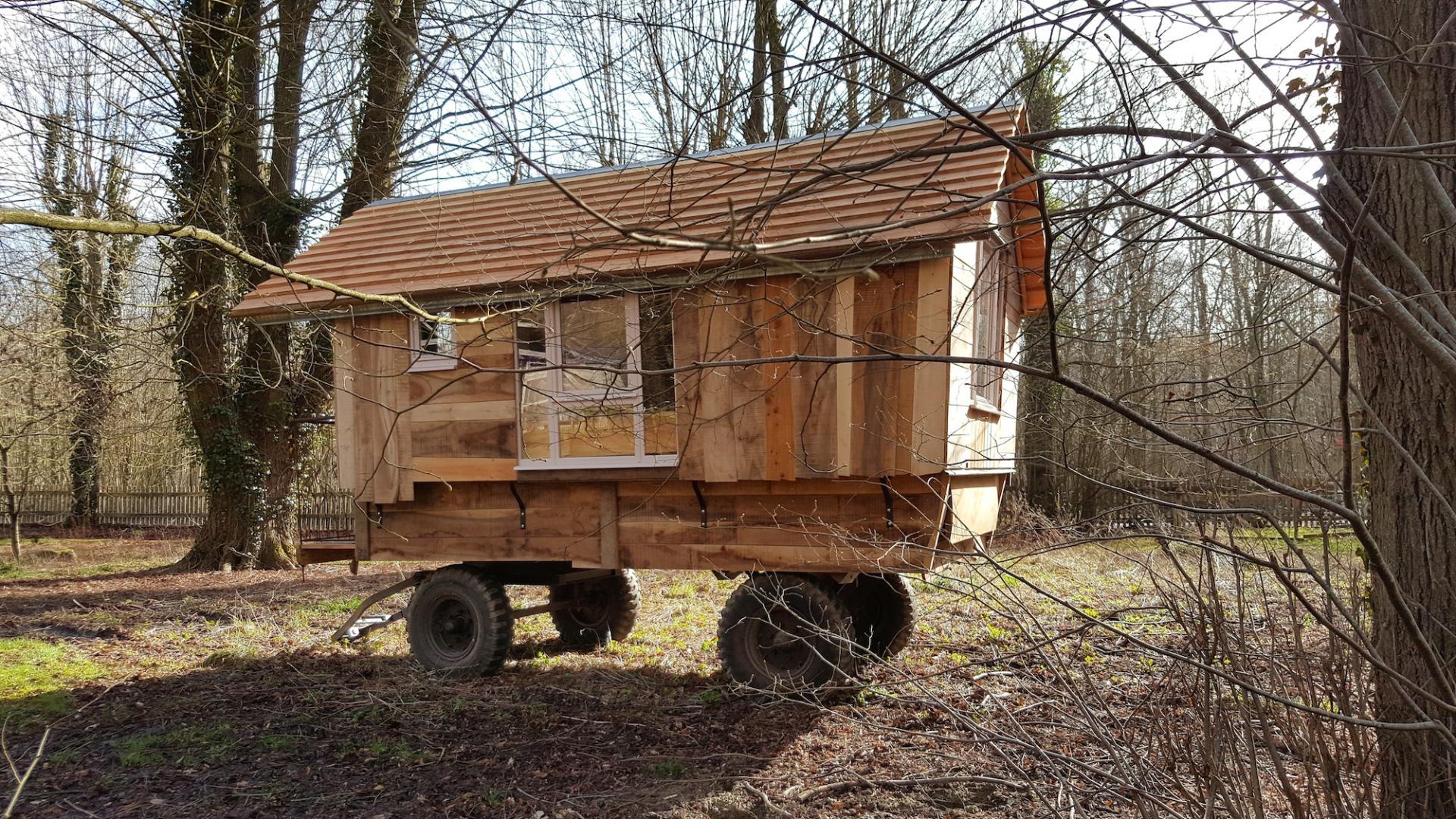 La roulotte dites cabane de berger pronleroy dans - Nuits insolites cabane en bois montagne ...